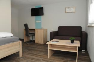 Jedes Zimmer mit Sofa und TV